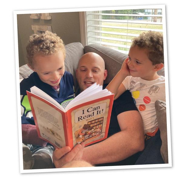 Patrick Knouff reads to children
